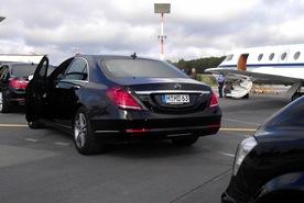 Am Privatjet erwartet Sie bereits Ihre Limousine mit Chauffeur